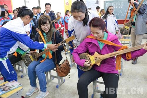 香港青少年代表团在藏开展交流考察活动