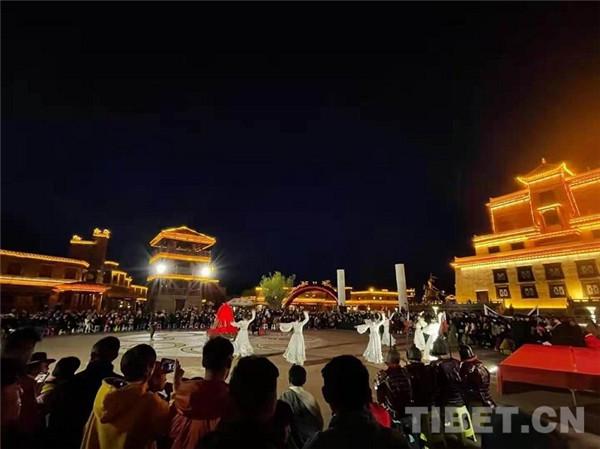 四川甘孜县:游王城 泡温泉 赏歌舞 五一旅游热起来1.jpg