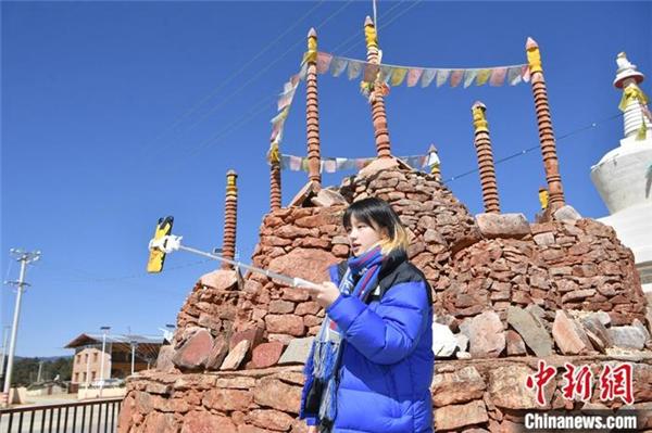 藏族姑娘爱上短视频 中英双语传播藏文化1.jpg