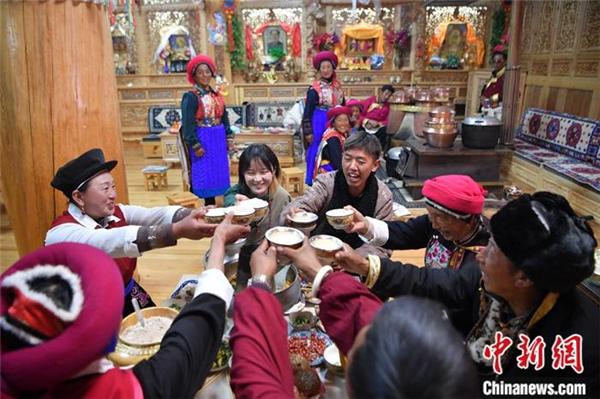 藏族姑娘爱上短视频 中英双语传播藏文化3.jpg
