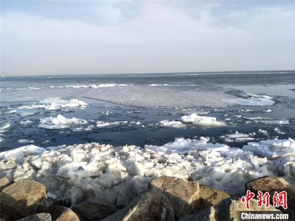 气温偏高致中国最大内陆咸水湖完全解冻.jpg