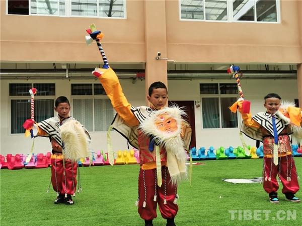 四川理塘县:幼儿园里学藏戏、扬传统2.jpg