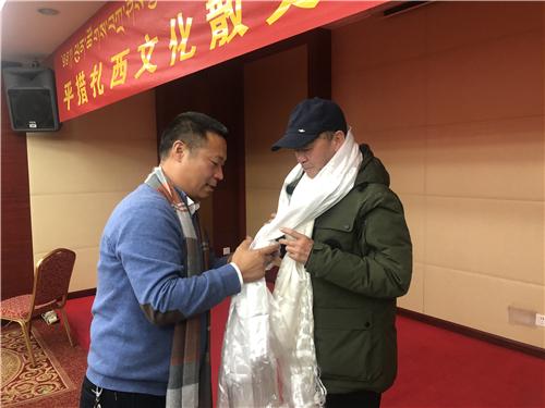自治区文联副主席陈人杰为平措扎西献哈达.jpg