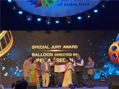 万玛才旦《气球》获第50届印度果阿国际电影节大奖2.jpg