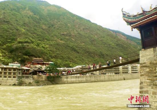百年泸定桥迎大修 四川甘孜旅游业飞速发展