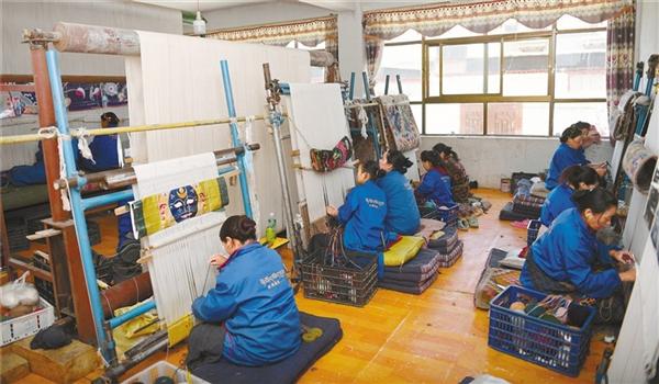吸纳现代时尚元素 西藏传统民族手工业发展迅猛