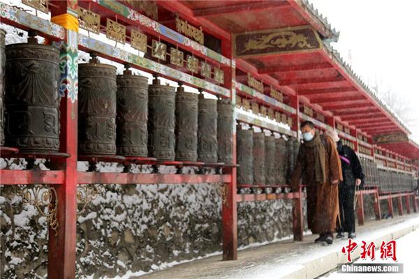 """青海塔尔寺""""朝佛季"""":瑞雪点缀藏传佛教圣地"""