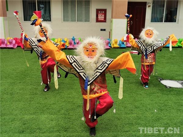 四川省理塘县:幼儿园里学藏戏、扬传统