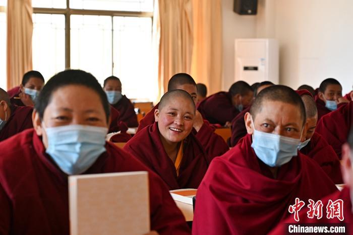 """西藏宗教学府迎开学 僧尼话""""象牙塔""""内多彩生活"""