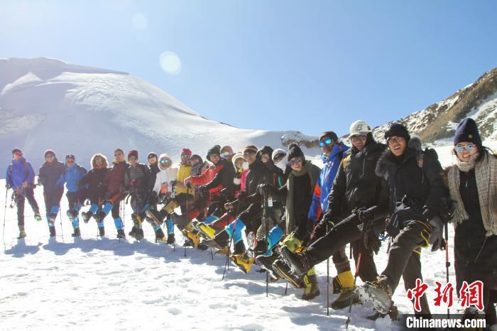 西藏拉萨两处冰川景点为旅客开放冰雪体验