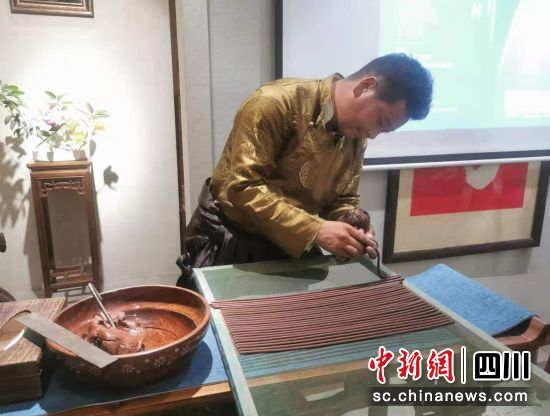 """藏族青年为藏香""""代言"""" 推广藏式养生融入生活"""