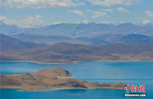"""""""五一""""将至 西藏羊卓雍措吸引游客观光"""