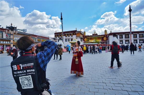 """""""五一""""假期西藏接待游客逾70万人次 收入7亿元"""