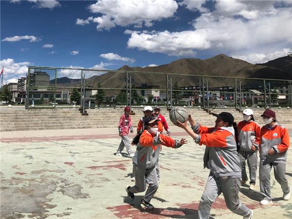 奔跑在高原篮球场上的藏族女孩