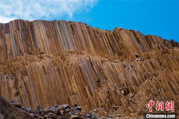 青海发现距今2.2亿年火山岩柱状节理群4.jpg