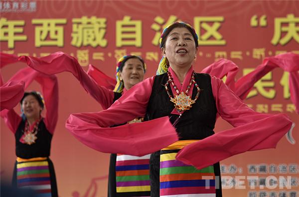 西藏:广场舞比赛 展广大群众健康生活风貌