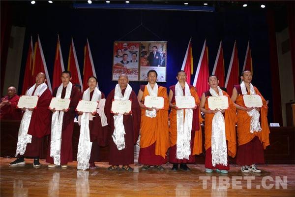 西藏佛学院举行毕业典礼 240余名学员毕业