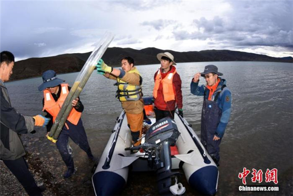 中国二次青藏科考分队完成海拔4300米浪错采样