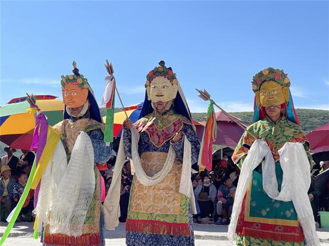 四川省德格县佐庆寺举办格萨尔藏戏表演活动