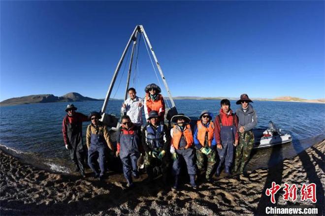 二次青藏科考分队完成海拔逾4500米错鄂湖科考作业