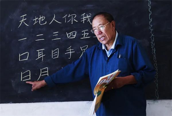 """完么仁增:藏族老师的""""一人一校"""""""