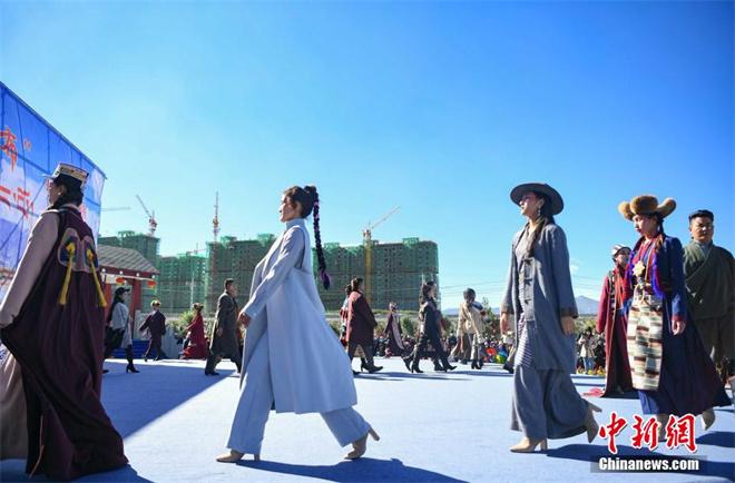 """西藏""""雅鲁藏布""""千年纺织非遗""""秀""""现代舞台"""