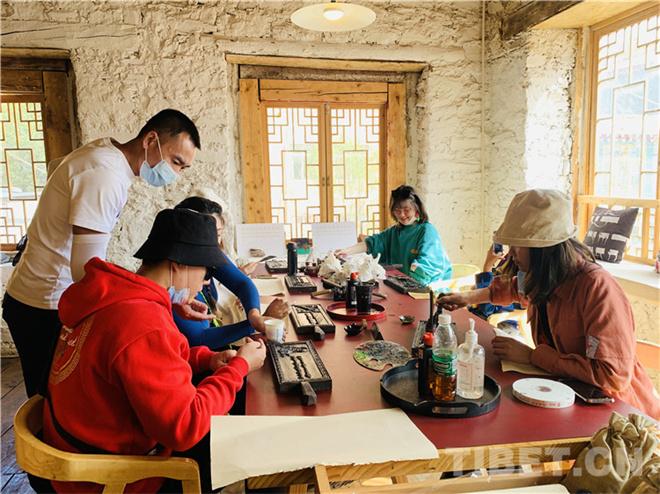 四川理塘:旅游特色活动吸引游客体验藏文化