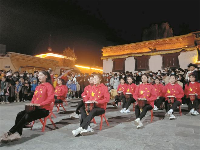 """四川理塘县:""""诗歌之夜""""让游客感受诗和远方"""