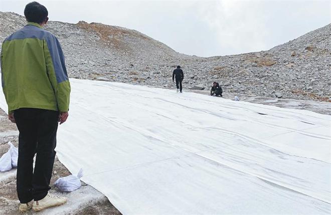"""达古冰川:高科技""""被子""""让冰川厚度减缓消融"""