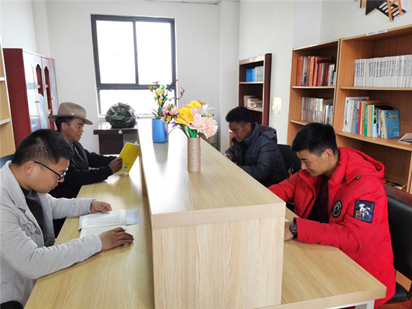 """西藏开展""""全民阅读""""活动走笔:书香,在高原弥漫4.jpg"""