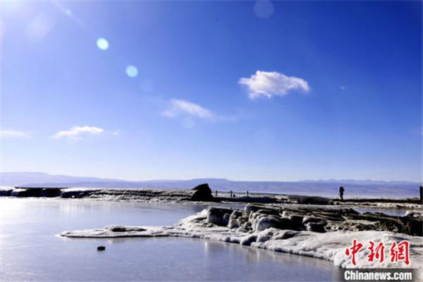 中国内陆最大咸水湖进入封冻期 前期气温高致封冻期推迟2.jpg