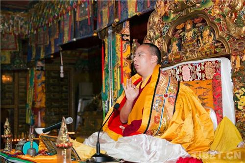 十一世班禅在家乡礼佛传经 勉励僧众向善向上1.jpg
