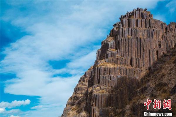 青海发现距今2.2亿年火山岩柱状节理群2.jpg