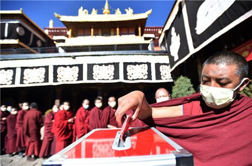 科学应对 共克时艰 西藏寺庙僧人为疫区祈福捐款4.jpg
