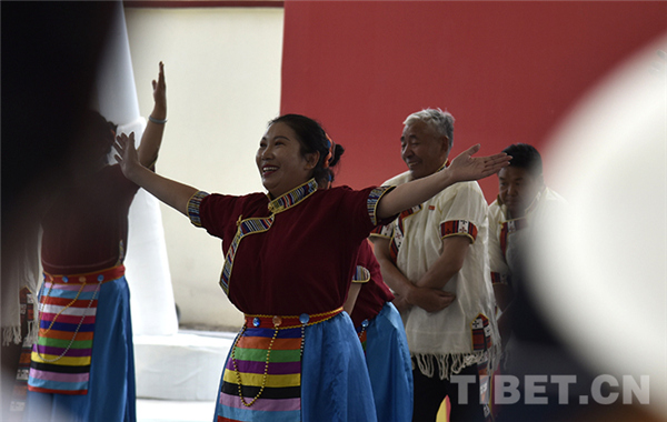 西藏:广场舞比赛 展广大群众健康生活风貌5.jpg