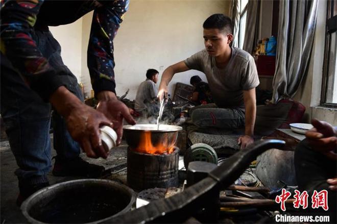 藏族匠人拉琼:以传统手艺传承民族文化1.jpg