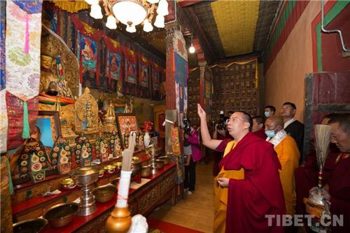 十一世班禅在家乡礼佛传经 勉励僧众向善向上4.jpg