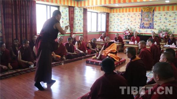 """藏传佛教第十七届""""拓然巴""""高级学衔辩经考试在京举行3.jpg"""