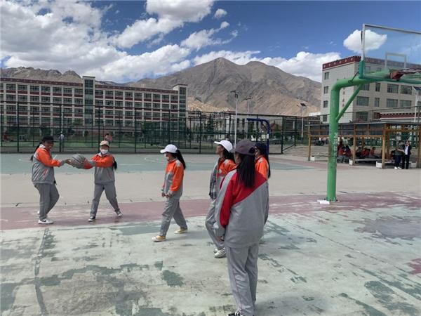 奔跑在高原篮球场上的藏族女孩3.jpg