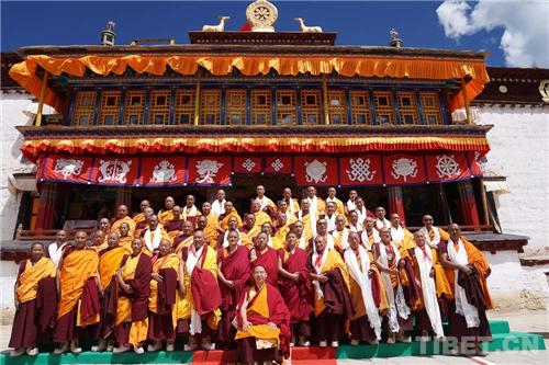 十一世班禅在家乡礼佛传经 勉励僧众向善向上6.jpg