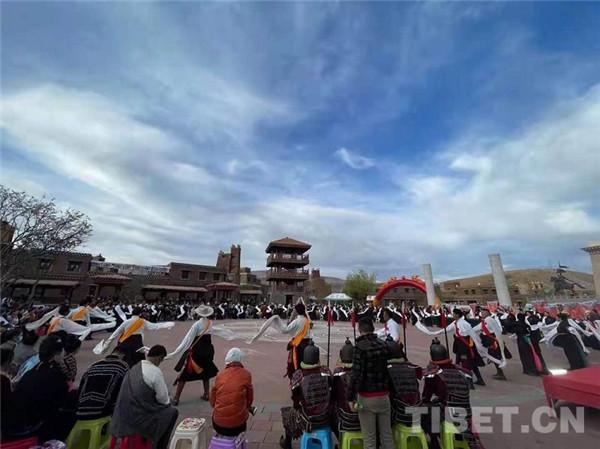 四川甘孜县:游王城 泡温泉 赏歌舞 五一旅游热起来2.jpg