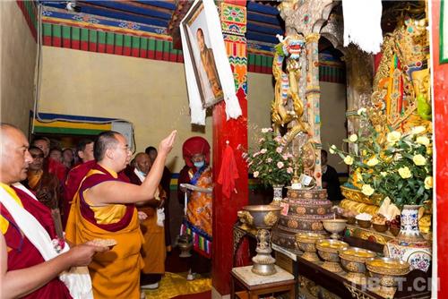 十一世班禅在家乡礼佛传经 勉励僧众向善向上3.jpg