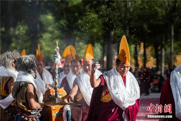 西藏扎什伦布寺举行一年一度跳神活动3.jpg