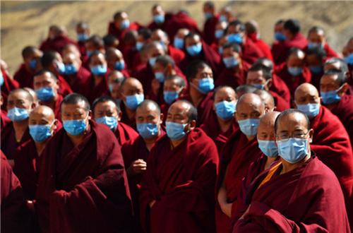 科学应对 共克时艰 西藏寺庙僧人为疫区祈福捐款1.jpg
