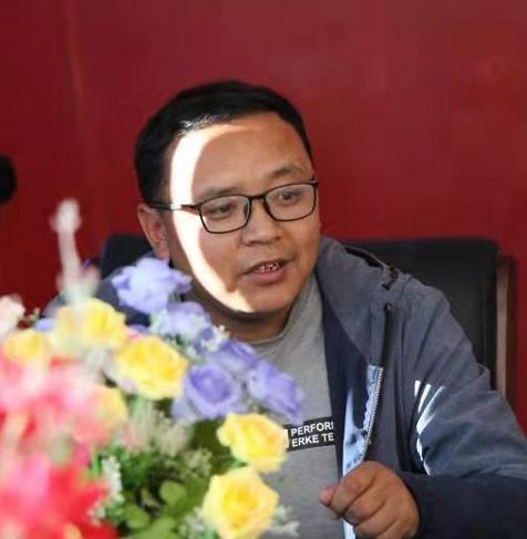 拉毛扎西:点燃希望的灯塔——写在第37个教师节