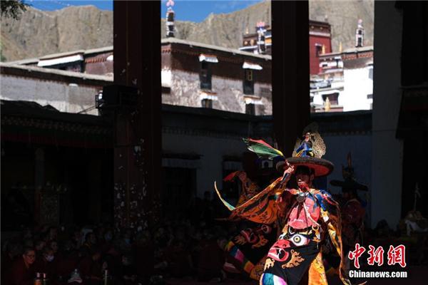 西藏扎什伦布寺举行一年一度跳神活动2.jpg