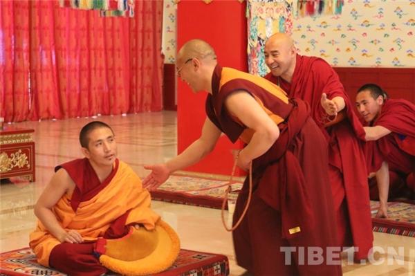 """藏传佛教第十七届""""拓然巴""""高级学衔辩经考试在京举行2.jpg"""