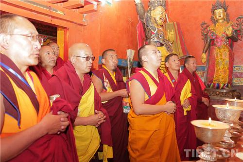 十一世班禅在家乡礼佛传经 勉励僧众向善向上2.jpg
