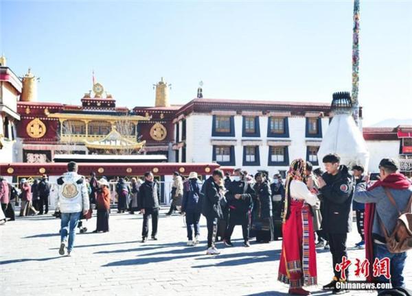 西藏拉萨今年前11月接待游客超2000万人次2.jpg