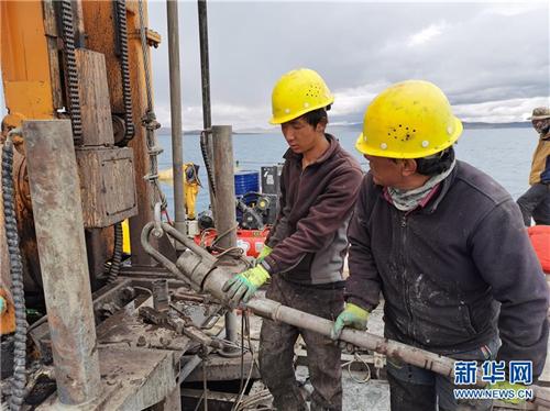 我国首次在西藏高原成功钻取百米湖芯1.jpg